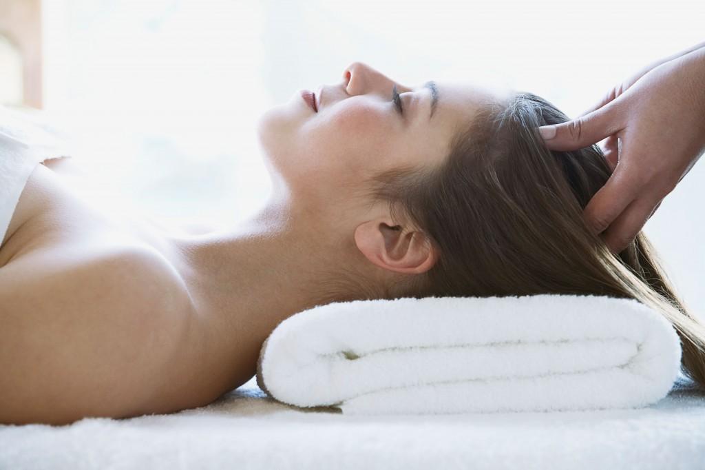 Massazh golovy dlja volos